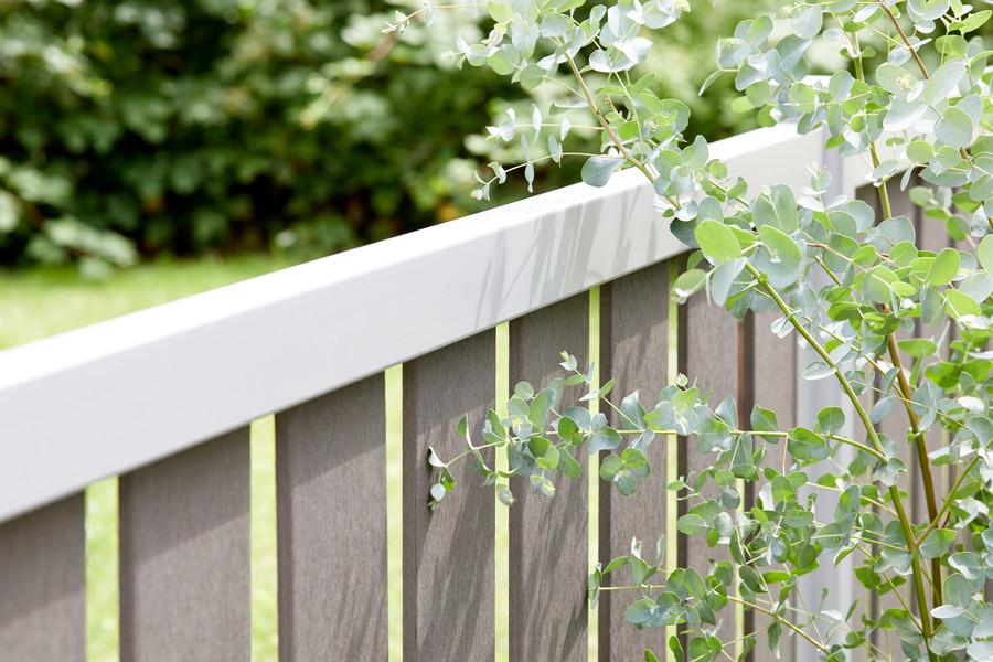Pflegeleichte Vorgartenzäune aus WPC oder Metall oder kombiniert
