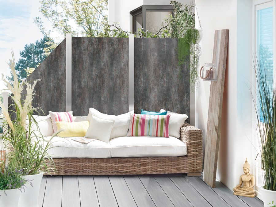 Sichtschutz aus Keramikplatten mit Edelstahl-ummantelten Pfosten