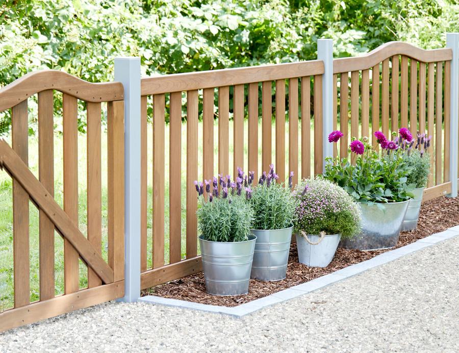 Vorgartenzaun aus Hartholz mit Metallpfosten montiert