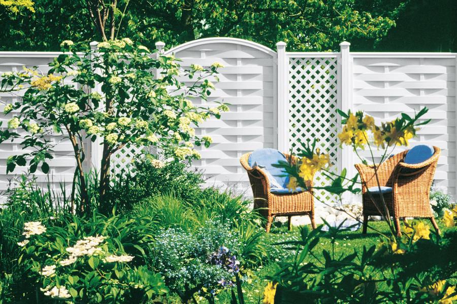 Sichtschutz im Garten aus blickdichten ROMO Zaunfeldern und LONGLIFE Rankgittern