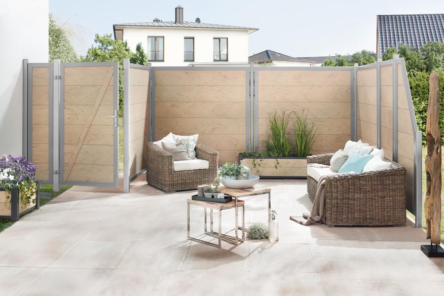 Terrasse mit DESIGN WPC Sichtschutz in hellem Sandfarbton - Tore und Elemente auf Maß verfügbar