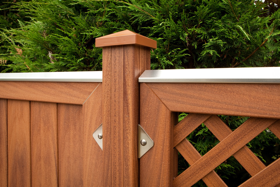 LONGLIFE RIVA Braun Detail mit Pfosten, Elementhaltern, Aufsatzleiste und Pfostenkappe